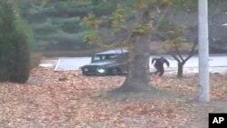 Hình ảnh ghi lại từ camera an ninh hôm 13 tháng 11, 2017 cho thấy binh sĩ Triều Tiên bỏ chạy khỏi xe jeep và sau đó bị đồng đội nã súng bắn. Người lính này hiện đang trong tình trạng ổn định dù chịu nhiều thương tích trên cánh tay và thân mình.