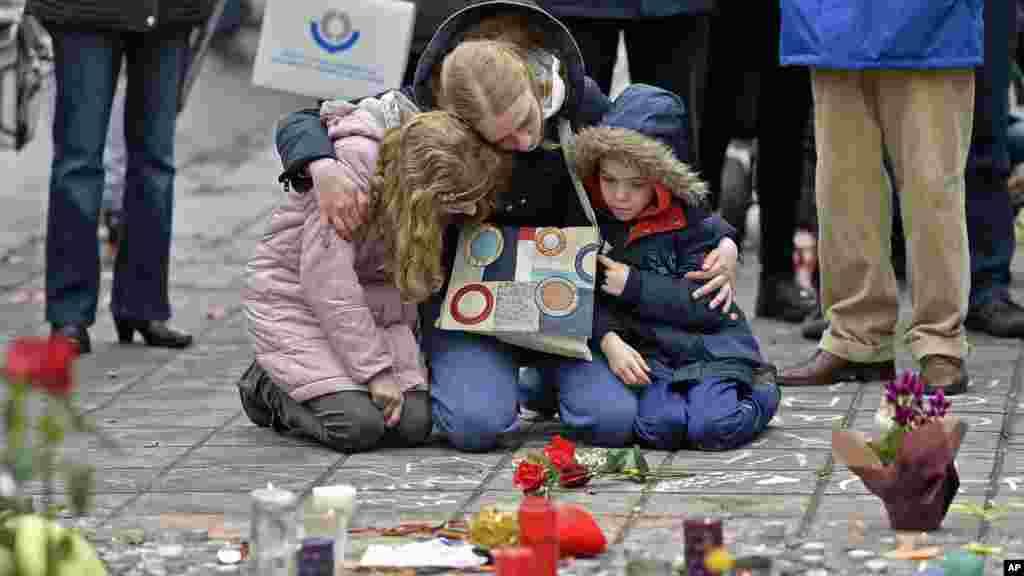 Des gerbes de fleurs et des bougies en hommage aux victimes des attentats en Belgique, Bruxelles, 23 mars 2016.