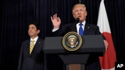 日本首相安倍晋三(左)和美国总统川普(右)在佛罗里达棕榈滩发表关于朝鲜发射导弹的讲话(2017年2月11日)