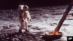 우주인 에드윈 올드린도가 지난 1969년 착륙선에서 나와 달 표면을 걷고 있다.