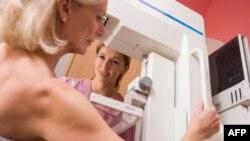 Seorang pasien menjalani pemeriksaan dengan teknik mamogram untuk mendeteksi kanker payudara. (Foto: Dok)