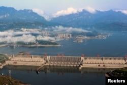 2017年5月4日中国湖北省宜昌市长江三峡大坝总体图景。