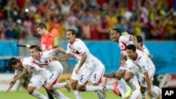 Các cầu thủ Costa Rica mừng bàn thắng vào lưới Hy Lạp ở vòng 16 World Cup 2014 trên sân Pernambuco ở Recife, Brazil, ngày 29/6/2014.