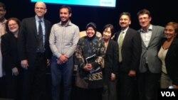 Tri Rismaharini (tengah/berjilbab) berfoto bersama para pembicara pada seminar di markas Bank Dunia di Washington DC, Kamis 9/10 (foto: VOA/Made Yoni).