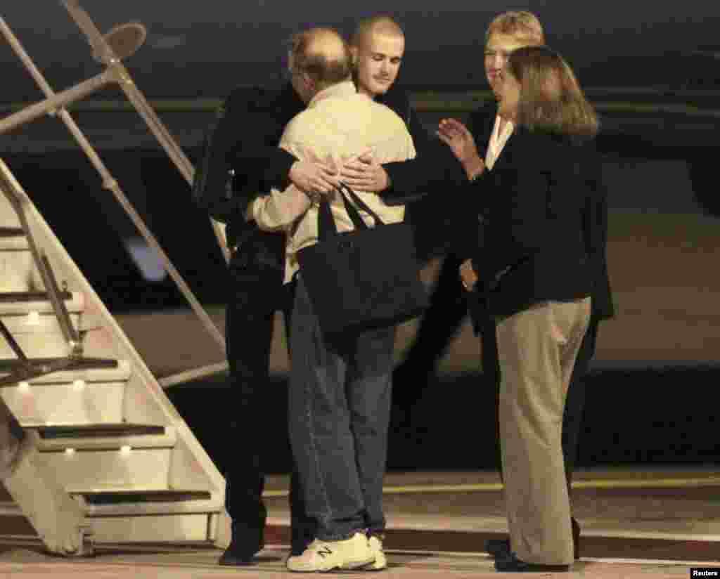 Matthew Todd Miller (tengah, menghadap kamera) bergabung kembali dengan para anggota keluarganya setelah mendarat di lapangan McChord, markas gabunganLewis-McChord, Washington (8/11).(Reuters/Anthony Bolante)