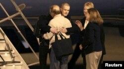 Ông Matthew Todd Miller đoàn tụ với gia đình tại Căn cứ Không quân Lewis-McChord ở Washington, ngày 8/11/2014.