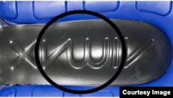شرکت نایکی گفته است که طرح روی این پاپوش عبارت AirMax است که یکی از محصولات آن شرکت می باشد