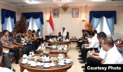 Presiden Joko Widodo memimpin rapat terkait penanganan virus corona di Halim Perdanakusuma (foto: Setpres RI).