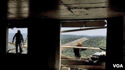 Waga Palestina terlihat sedang bekerja di lokasi konstruksi pemukiman Yahudi, Modiin Illit di Tepi Barat, Senin (14/3).