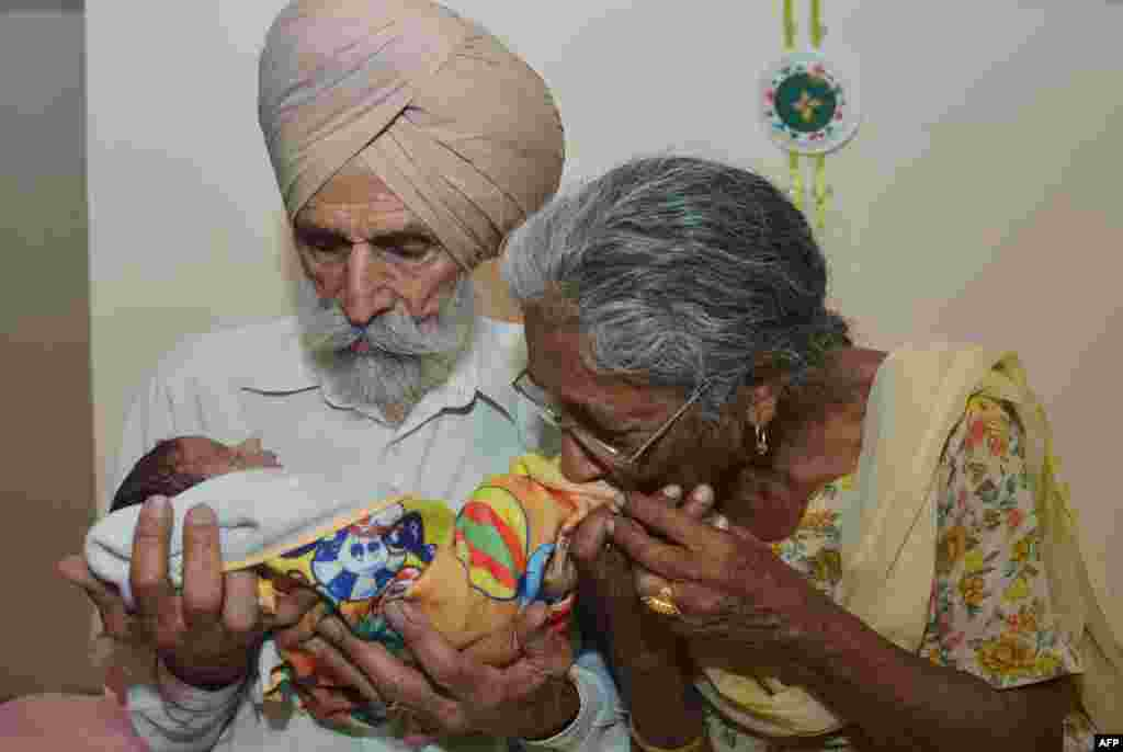 Hindistan - 79 yaşlı ata və 70 yaşlı ana yeni doğulan oğulları Armanla
