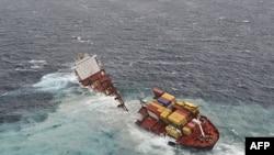 Nasukani brod Rena raspao se nadomak Nju Zelanda