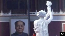"""89六四天安门民主运动被镇压前""""民主女神""""矗立在天安门前"""