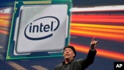 El vicepresidente de Intel, Mooly Eden, habla durante la feria de consumo electrónico en Las Vegas.