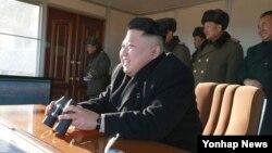 Lãnh đạo Triều Tiên Kim Jong Un theo dõi cuộc tập trận của một đơn vị thuộc sư đoàn bộ binh tại Bình Nhưỡng, ngày 7/1/2015.