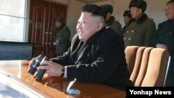 북한 김정은 국방위원회 제1위원장이 7일 대전차화기인 '비반충포' 사격대회를 시찰했다고 조선중앙통신이 8일 보도했다. (자료사진)