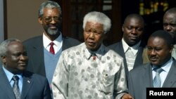 پلیس آفریقای جنوبی توانست نلسون ماندلا،را در حالی که به عنوان یک راننده خود را جا زده بود بازداشت کند.