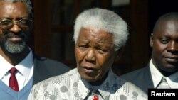 L'ancien président sud-africain Nelson Mandela, au centre, 21 juillet 2004.