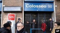 Un homme donne des indications aux touristes après la fermeture de la station de métro Colosseo suite à trois tremblements de terre qui ont frappé le centre de l'Italie en l'espace d'une heure, 18 janvier 2017.