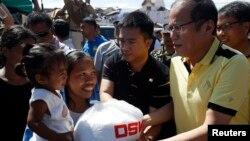 베니그노 아키노 필리핀 대통령이 18일 태풍 하이옌 피해를 입은 중부 레이테주를 방문했다.