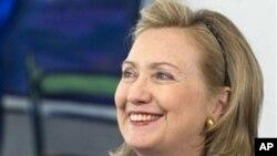ທ່ານນາງ Hillary Clinton ລັດຖະມົນຕີການຕ່າງປະເທດ ສຫລ ກ່າວຕໍ່ສື່ມວນຊົນກ່ອນທໍາການພົບປະກັບນາຍົກລັດຖະມົນຕີ Angela Merkel ແຫ່ງເຢຍຣະມັນ ທີ່ນະຄອນ Berlin ກ່ອນຈະເຂົ້າຮ່ວມ ກອງປະຊຸມກຸ່ມເນໂຕ້ ວັນທີ 14 ເມສາ 2011