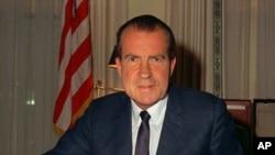 1969年2月16日,尼克松总统在白宫办公的照片。