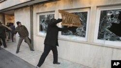테헤란 주재 영국 대사관에 난입하여 창문을 부수는 이란 시위대