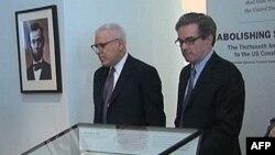 Dejvid Rubenstin i Džejms Basker pored kopije Trinaestog amandmana