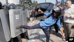 Ukraina parlamenti yonida namoyishchilar politsiya bilan to'qnashmoqda, Kiyev, 31-avgust, 2015-yil