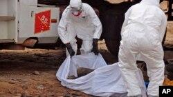 Thi hài một người đàn ông bị nghi là qua đời vì nhiễm virus Ebola được phát hiện ngoài đường phố thủ đô Monrovia của Liberia