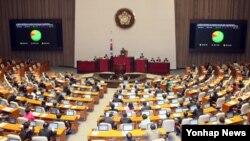 16일 한국 국회 본회의에서 미-한 방위비 비준안이 통과되고 있다.