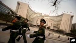Cảnh sát phía trước Ngân hàng trung ương Trung Quốc tại Bắc Kinh.