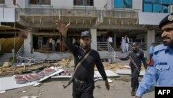 Cảnh sát Pakistan tại hiện trường vụ đánh bom tự sát ở Islamabad, ngày 13/6/2011