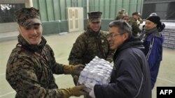 Binh sĩ Mỹ giúp nạn nhân động đất Nhật Bản khiêng phẩm vật cứu trợ tới nơi tạm trú ở Rikuzentakata, miền bắc Nhật Bản, ngày 16/3/2011