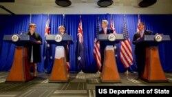 13일 미국 보스턴에서 미국과 호주의 외무·국방장관 회담후 공동 기자회견이 열렸다. 왼쪽부터 호주의 마리스 페인 국방장관, 줄리 비숍 외무장관, 미국의 존 케리 국무장관, 애슈턴 카터 국방장관.
