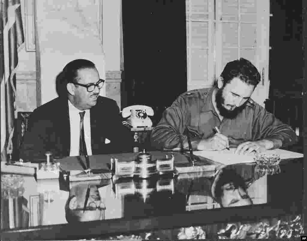 Perdana Menteri Kuba Fidel Castro menandatangani dekrit nasionalisasi semua bank milik Amerika Serikat di Kuba, 17 September 1960.
