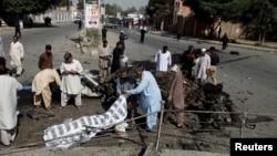 La police et les secouristes recouvrent les corps de victimes après une explosion à Quetta, Pakistan, 23 juin 2017.