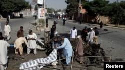 巴基斯坦奎达发生爆炸后,警方和救援人员把遇难者的尸体盖起来。(2017年6月23日)
