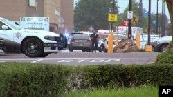 Policija ispred Volmarta u Misisipiju, gde su ubijene dve osobe, 30. jul 2019.