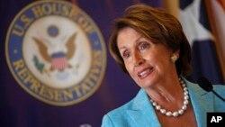 លោកស្រីណាន់ស៊ី ប៉េឡូស៊ី (Nancy Pelosi) មេដឹកនាំសំឡេងក្រុមភាគតិចនៃរដ្ឋសភាស.រ.អា.។