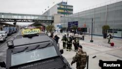 巴黎的奥利机场南门外面的军人和紧急服务人员(2017年3月18日)