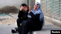 가지지구에서 13일 반 이스라엘 시위 중 사망한 15세 소년의 가족들이 오열하고 있다