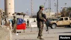 Arhiva - Vojnik Avganistanske naciolane armije na straži ispred ulaza u vojni aerodrom Bagram, severno od Kabula, 12. novebmra 2019.