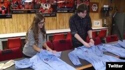 دو دانشجو، تلیا رپا و اسکایلر اشوورث، در یک فروشگاه لباس های دست دوم، شش دست لباس فضانوردی ناسا پیدا کردند. عکس از توئیتر KPRC2 Houston