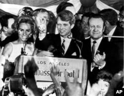 Robert F. Kennedy vurulmadan az önce Los Angeles'taki Ambassador Oteli'nde yaptığı konuşmasında (5 Haziran 1968)