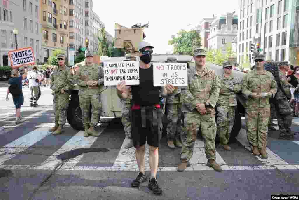 """Напис на плакаті: """"Ні військам на американських вулицях!"""""""