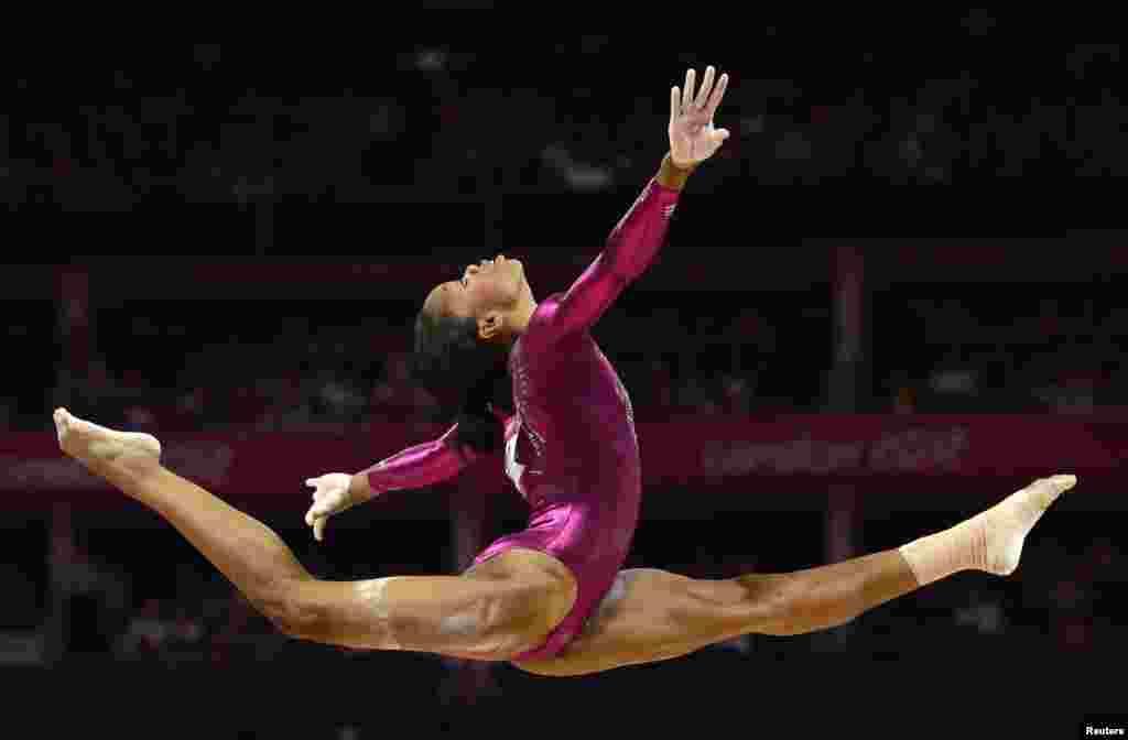 Gabrielle Douglas của Mỹ thi đua môn cầu thăng bằng cá nhân, vòng chung kết. 2/8/2012.