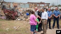 Predsednik Barak Obama tokom obilaska gradića Mor u Oklahomi