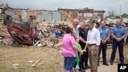 Predsednik Barak Obama razgovara sa Džuli i Skotom Luisom i njihovim sinom Zekom, učenikom trećeg razreda uništene osnovne škole Plaza Tauers.