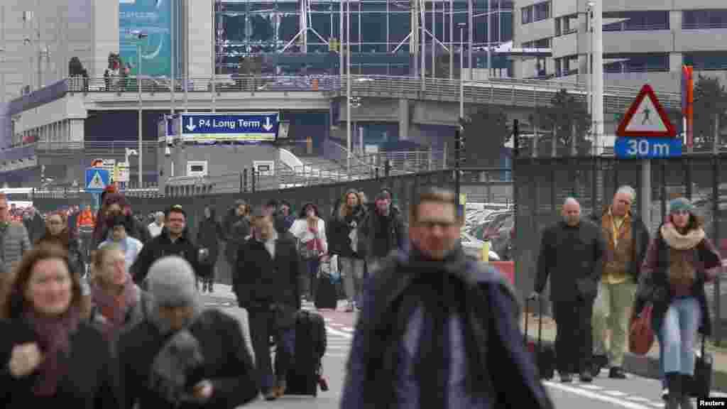 人们撤离布鲁塞尔Zavantem国际机场的爆炸现场。(2016年3月22日)