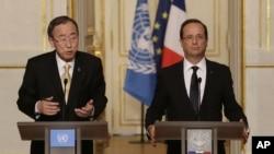 Sekjen PBB, Ban Ki-moon (kiri) dan Presiden Perancis Francois Hollande, dalam jumpa pers di Istana Elysee, Paris (9/10).